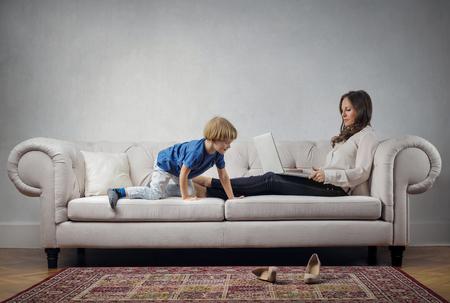 Mutter und Kind auf dem Sofa