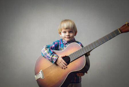 Kleiner großer Mann mit einer Gitarre