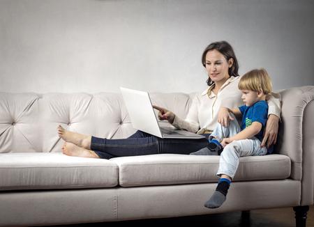 Mama und Sohn das Sofa