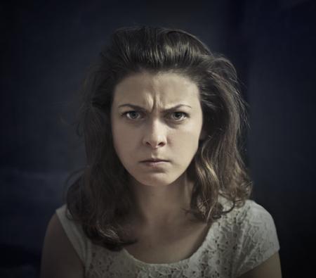 怒っているブルネットの女性