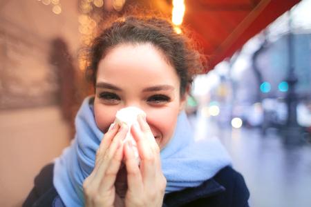 Mädchen bläst ihre Nase