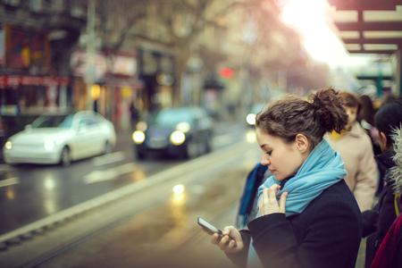 Mädchen wartet die Straßenbahn Lizenzfreie Bilder