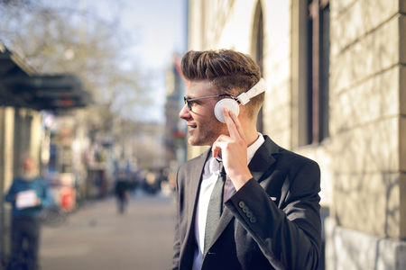 Geschäftsmann hört Musik