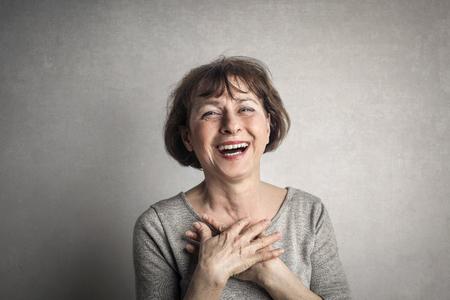 Glückliche Brünette Großmutter