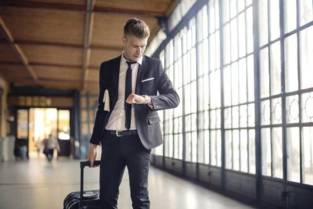 Unternehmer mit einem Koffer  Standard-Bild