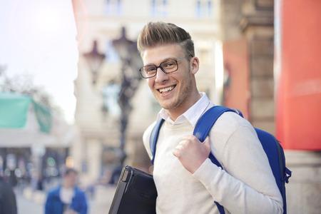 Junger Student auf der Straße