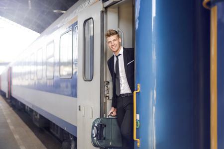 Geschäftsmann reist mit dem Zug