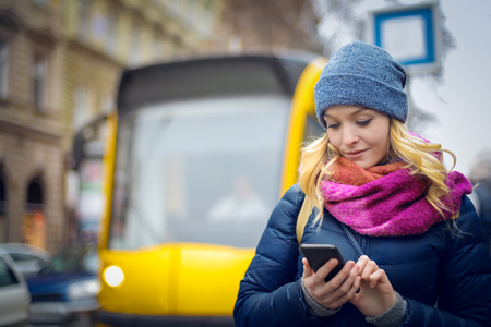 Das Mädchen und die Straßenbahn in der Stadt Standard-Bild