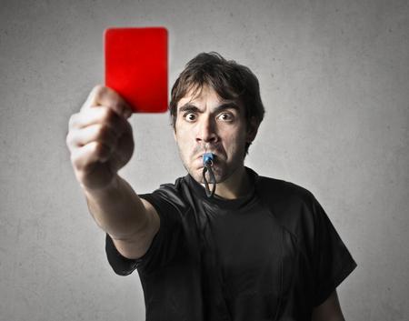 남자는 레드 카드를 준다.