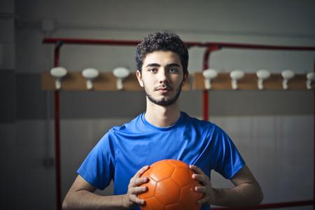 Jonge man met een voetbal Stockfoto