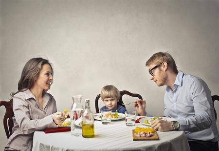 가족은 저녁을 먹는 곳입니다. 스톡 콘텐츠