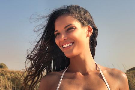Hübsches Mädchen in der Sonne Standard-Bild