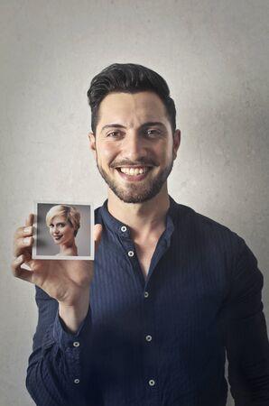 Glücklicher Mann mit einem Foto