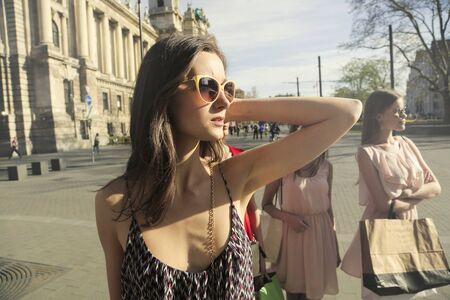 Frau in Sonnenbrille in der Stadt Lizenzfreie Bilder