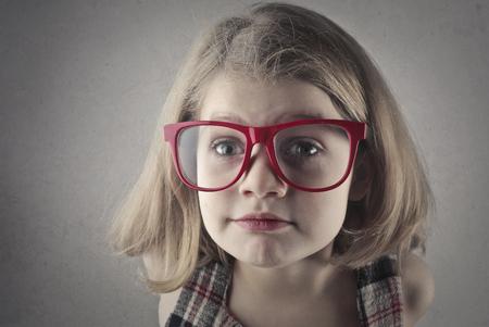 Kleines Mädchen in großen Brillen