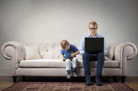 Vater und Kind auf dem Sofa Lizenzfreie Bilder