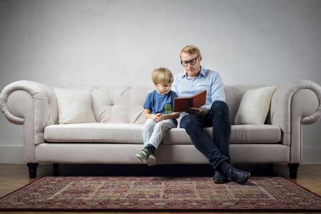 Vater liest seinem Kind