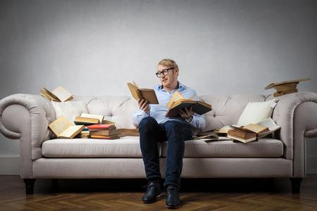 Lernen aus Büchern auf dem Sofa Lizenzfreie Bilder