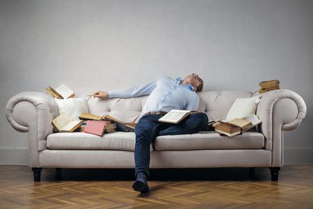 Schlafen mit Büchern auf dem Sofa