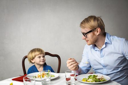 아버지와 아들이 먹고있다. 스톡 콘텐츠