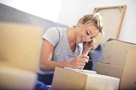 여자가 상자에서 일하고있다. 스톡 콘텐츠