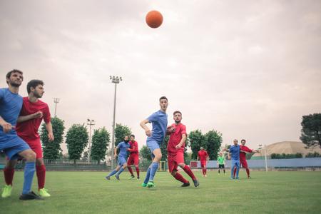 Fußball spielen auf dem Feld Lizenzfreie Bilder