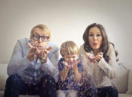 Familie spielt mit Konfetti Lizenzfreie Bilder