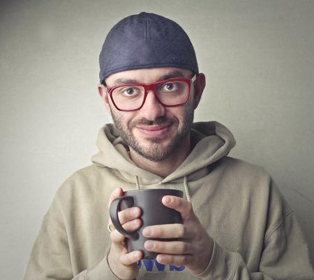 Mann mit einer Tasse Tee