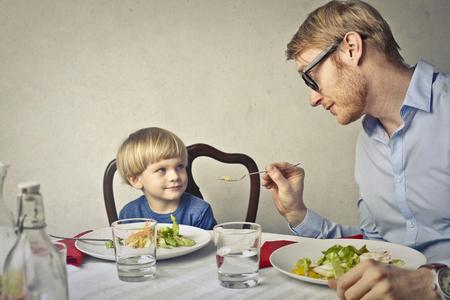 그의 아이 아버지는 먹고있다 스톡 콘텐츠