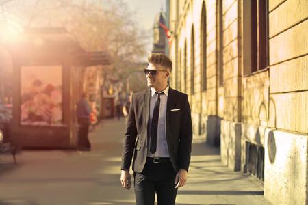 Handsome Geschäftsmann auf der Straße Lizenzfreie Bilder