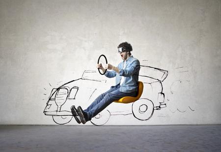 De man rijdt een denkbeeldige auto