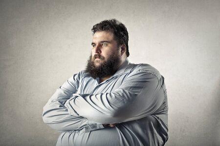 El hombre gordo está enojado