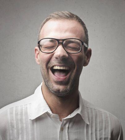 メガネの男は笑ってください。