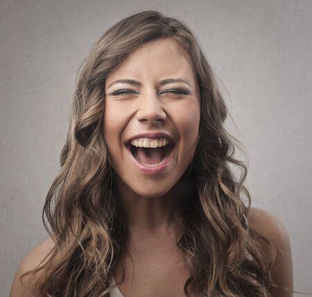 여자가 웃고있다.