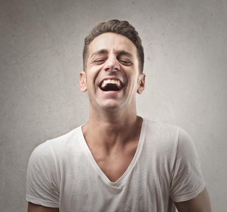 Chico joven se está riendo Foto de archivo - 80934702