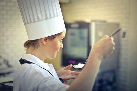 요리사가 음식을 맛보고 있습니다.