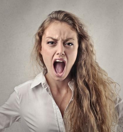 화가 난 여자가 외치고있다.