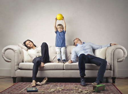 幸せな子で疲れた両親