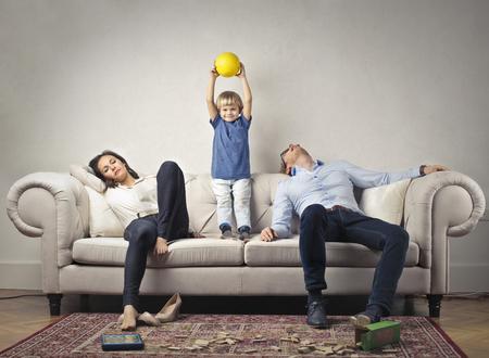Sus padres cansados ??con el niño feliz Foto de archivo - 80320354