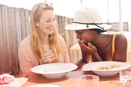 voyage: Les filles s'amusent au déjeuner Banque d'images
