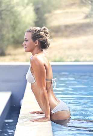 Girl relaxing in a swimming pool Imagens