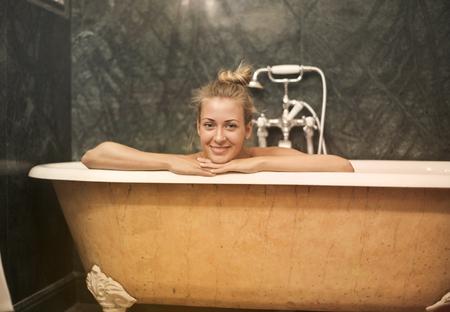 Happy girl hawing a bath Imagens - 94735199