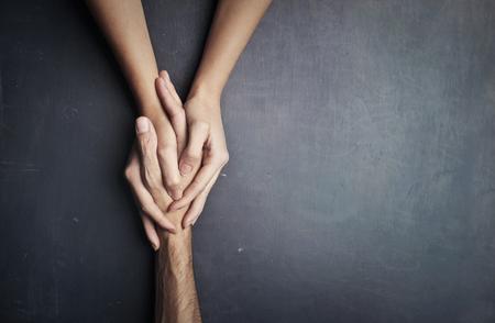 dwie ręce trzyma rękę Zdjęcie Seryjne
