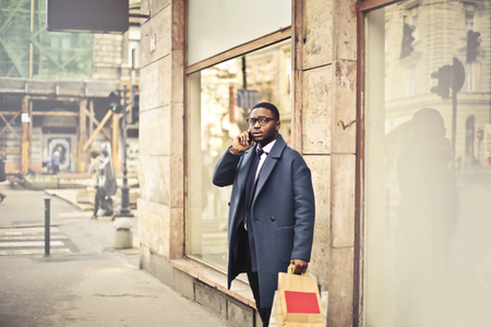 Businessman talking at the phone in a city street Imagens - 94735801