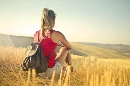 Girl sitting in a wheat field Imagens - 94736171