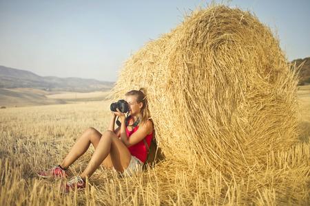 田舎で写真を撮る女の子のもの 写真素材