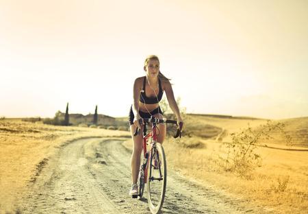 田舎でサイクリングする女の子