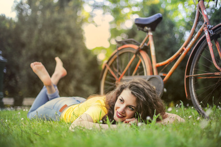Girl relaxing in a park Imagens