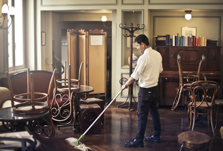 Manservant cleaning at bar Banque d'images