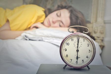 아침에 졸린 소녀
